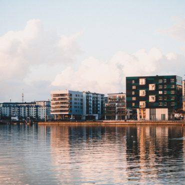 Bostadspriserna fortsätter att falla i Stockholmsområdet